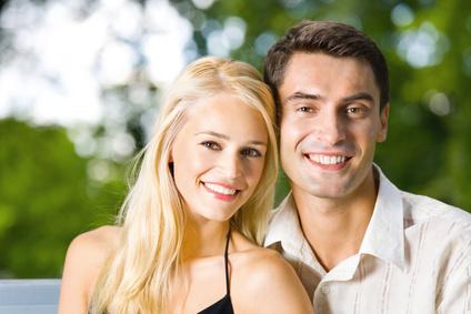 Jeune couple heureuse en portrait